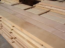"""شراء الخشب الأبيض: ويستورد من كندا واسكتلندا وروسيا والبلقان، وقد يعرف أحياناً باسم البياض والشوح وتبلغ كثافته حوالي 35. كجم للمتر المكعب عندما تكون نسبة الرطوبة فيه 12% ومنه عدة أصناف هي : (لوح ورق تخانة- ولوح تقليد """" بندق """" -ولوح لاتزانة- ولوح بونتي - والف"""