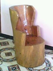 مقاعد منحوتة يدويا من جزوع  الاشجار