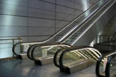 المصاعد والسلالم والأرضيات المتحركة