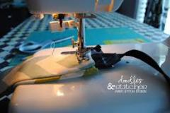 Máquina de costura com o estribo
