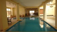 حمامات سباحة داخلية