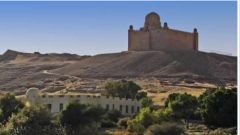 يخرج إلى الصحراء وإلى حافة من التاريخ المصري...