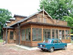 بناء البيوت الخشبية